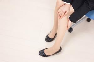 足が冷たいのに汗をかく…。その原因と対策法について