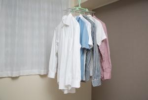 梅雨の季節に気になる…。部屋干しの臭いの原因と対策法